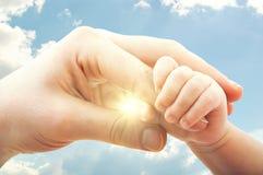 Konzept der Liebe und der Familie. Hände der Mutter und des Babys Stockfotos