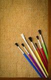 Konzept der Malerei, Bürsten auf dem Hintergrund des Rahmens Lizenzfreies Stockfoto