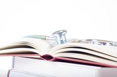Konzept der medizinischen Bildung mit Büchern, Stethoskop auf weißem Hintergrund Stockfotografie