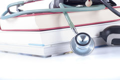 Konzept der medizinischen Bildung mit Büchern, Stethoskop auf weißem Hintergrund Stockfoto