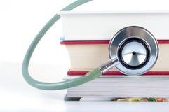Konzept der medizinischen Bildung mit Büchern, Stethoskop auf weißem Hintergrund Stockbild