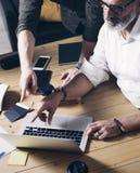 Konzept der neuen Geschäftsidee der Darstellung Männliche Hände, die auf modernen Laptop des Schirmes zeigen Teamwork-Prozess bei stockfotos