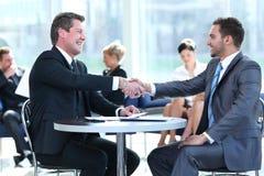 Konzept der Partnerschaft - Händedruck von Teilhabern Stockbild