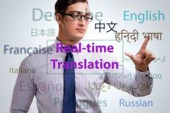 Konzept der Realzeitübersetzung von der Fremdsprache lizenzfreie stockfotos