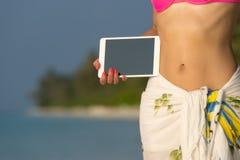 Konzept der Reise leerer leerer Tablet-Computer in den Händen von w Lizenzfreie Stockfotografie