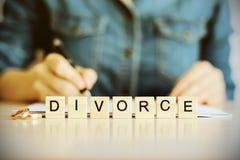 Konzept der Scheidung Die Wortscheidung mit Eheringen Lizenzfreie Stockbilder