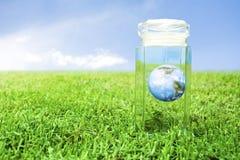 Konzept der schützenden Erde Lizenzfreie Stockfotos