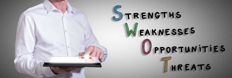 Konzept der schweren Arbeit mit dem Mann, der eine Tablette verwendet Stockfoto