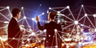 Konzept der Sozialverbindung und der Vernetzung gegen Nachtstadtansicht und Partner, die in der Zusammenarbeit arbeiten Lizenzfreie Stockfotografie