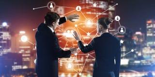 Konzept der Sozialverbindung und der Vernetzung gegen Nachtstadtansicht und Partner, die in der Zusammenarbeit arbeiten Stockbild