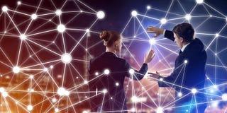 Konzept der Sozialverbindung und der Vernetzung gegen Nachtstadtansicht und Partner, die in der Zusammenarbeit arbeiten Stockbilder