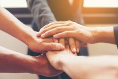 Konzept der Teamwork: Nahaufnahme des Handgeschäftsteams, das UNO zeigt Lizenzfreies Stockbild