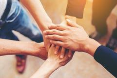 Konzept der Teamwork: Nahaufnahme des Handgeschäftsteams, das UNO zeigt Lizenzfreie Stockfotografie