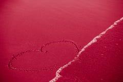 Konzept der Untreue oder der empfindlichen/flüchtigen/ephemeren Liebe: Herz stockfotografie