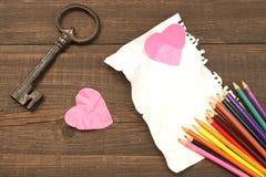 Konzept der unvergoltenen Liebe Farbbleistifte, zwei zerknitterten Herz, Blan Stockfoto