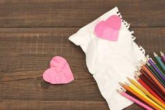 Konzept der unvergoltenen Liebe Farbbleistifte, zwei zerknitterten Herz, Blan Lizenzfreies Stockfoto