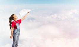 Konzept der unvorsichtigen glücklichen Kindheit mit dem Mädchen, das träumt, um Pilot zu werden Lizenzfreie Stockbilder