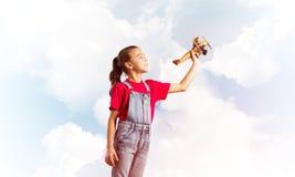 Konzept der unvorsichtigen glücklichen Kindheit mit dem Mädchen, das träumt, um Pilot zu werden Stockfotos