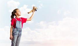 Konzept der unvorsichtigen glücklichen Kindheit mit dem Mädchen, das träumt, um Pilot zu werden Lizenzfreies Stockbild