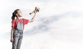 Konzept der unvorsichtigen glücklichen Kindheit mit dem Mädchen, das träumt, um zu werden Lizenzfreies Stockbild