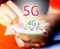 Konzept der Vernetzung 5G Geschäftsmann unter Verwendung des intelligenten Telefons und des touchin Stockbilder