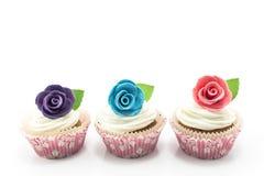 Konzept der Verschiedenartigkeit, kleine Kuchen verziert mit Rosen lizenzfreie stockfotografie