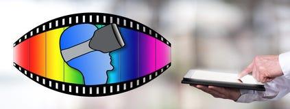 Konzept der virtuellen Realität mit dem Mann, der eine Tablette verwendet Lizenzfreie Stockfotografie