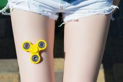 Konzept der Weise des Verbringens von Freizeit Draufsichtfoto des Unruhespinners liegend auf Mädchen ` s Jugendlichsucht-Spielspi stockfotografie