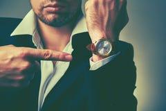 Konzept der Zeit Uhren auf dem Arm des Geschäftsmannes Lizenzfreie Stockfotos