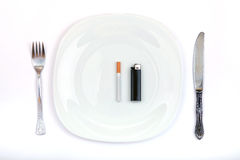 Zigarette und Feuerzeug stattdessen ein Abendessen Stockfotos