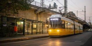 Konzept des öffentlichen Transports Gelbe elektrische Tram in Berlin, Deutschland Hintergrund des bewölkten Himmels lizenzfreies stockfoto