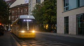 Konzept des öffentlichen Transports Gelbe elektrische Tram in Berlin, Deutschland Stadt- und Leutehintergrund stockbild