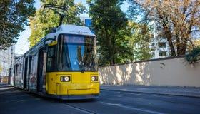 Konzept des öffentlichen Transports Tram gelb, modern, elektrisch in Berlin, Deutschland Stadt- und Naturhintergrund stockfotografie