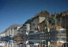 Konzept des aufgehobenen Bildes, lebende Boote auf einem Fluss im Herrn, Belgien Stockbilder