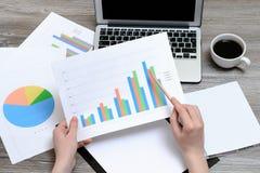 Konzept des Büroarbeitsplatzes Hände, welche die Ergebnisse der Verkäufe dargestellt auf den Grafiken, beste Leistung, Gewinnfort stockbild
