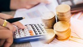 Konzept des Devisenhandels Stapel von Münzen und von Handholding überprüft ein technisches Diagramm des Finanzinstruments Lizenzfreie Stockfotos