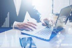 Konzept des digitalen Diagramms, Diagramm schließt, virtueller Schirm, Verbindungsikone an Geschäftsmann, der im Büro auf Laptop  stockbild