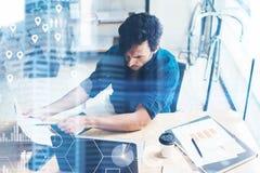 Konzept des digitalen Schirmes, Ikone der logischen Verbindung, Diagramm, Diagramm schließt an Geschäftsmann, der am Büroplatz au stockbilder