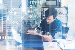 Konzept des digitalen Schirmes, Ikone der logischen Verbindung, Diagramm, Diagramm schließt an Geschäftsmann, der an an coworking stockbild