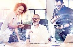 Konzept des digitalen Schirmes, Ikone der logischen Verbindung, Diagramm, Diagramm schließt an Junge Teammitarbeiter fanden eine  Lizenzfreies Stockbild