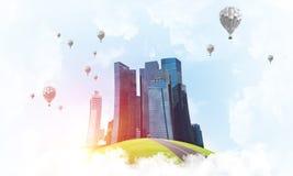 Konzept des eco Grünlebens als elegantes Geschäftszentrum auf weißen Wolken Stockbild