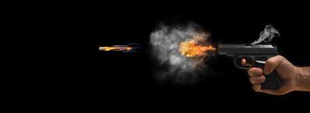 Konzept des einfrierenden Schusses eines Gewehrs auf einem dunklen Hintergrund Stockfoto