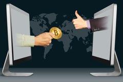 Konzept des elektronischen Geschäftsverkehrs, zwei Hände von den Monitoren Hand mit bitcoin und den Daumen oben, wie Abbildung Lizenzfreies Stockbild