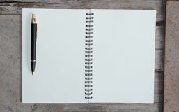 Konzept des Entwurfes - Draufsicht von Kraftpapier-Notizbuch und -Kugelschreiber der gebundenen Ausgabe Stockfotos