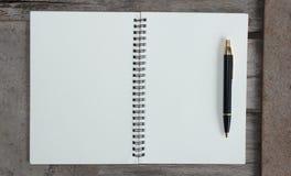 Konzept des Entwurfes - Draufsicht von Kraftpapier-Notizbuch und -Kugelschreiber der gebundenen Ausgabe Lizenzfreies Stockfoto
