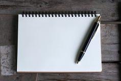 Konzept des Entwurfes Draufsicht von Kraftpapier-Notizbuch und -Kugelschreiber der gebundenen Ausgabe Stockfotografie