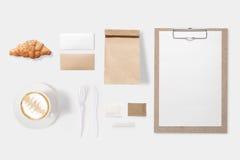 Konzept des Entwurfes von Modellpapier-, -taschen-, -klemmbrett- und -kaffeetassese Stockbilder