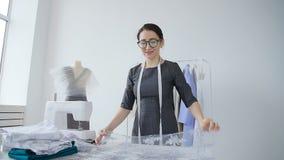 Konzept des Entwurfs und Produktion von Kleidung Junger Näherinkleidungsdesigner, der in seinem Studio arbeitet stock video