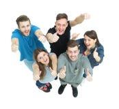 Konzept des Erfolgs - erfolgreiche junge Leute schauen oben ausdehnend Stockbilder