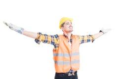Konzept des Erfolgs und der Freiheit mit dem Ingenieur, der Arme hochhält Stockbilder
